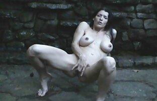 Jolie femme mature aux gros seins et jeune joueur vidéo amateur érotique de billard