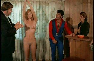 Scandale sur scène, une strip-teaseuse aux gros seins se streaming video amateur fait fister