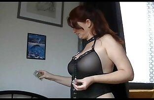 Un mec à queue de cheval se doigte la chatte d'une brune en mini-jupe et lui video streaming sexe amateur fesse le cul