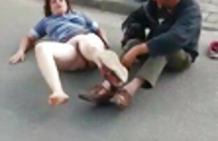 Ado videoammateur mignonne aux seins gaies en mini-robe bandes 4 cam